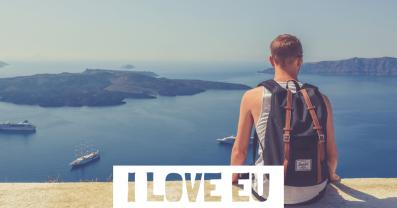 Ein junger Mann sitzt auf einem Steingeländer und sieht in Richtung Horizont auf das Meer hinaus. Free Interrail ist ein wichtiger Schritt in Richtung Europäische Republik.