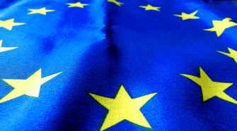 Das Bild zeigt eine EU-Flagge in Nahaufnahme, passend zum Titel des Artikels: Studie Deutliche Mehrheit will stärker integrierte Europäische Union