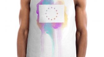Die Vorderseite des EU Tank Top Limassol von I love EU hat einen bunten Farbenklecks im Brustbereich auf dem einer große weiße EU-Flagge gedruckt ist, dessen Sterne durchsichtig sind und die bunte Farbe des Prints durchscheinen lässt.