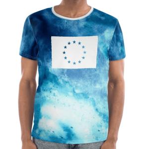 Die Vorderseite des EU T-Shirt Limassol von I love EU hat einen marmorierten weiß-blauen Farbenprint mit einer großen weißen EU-Flagge im Brustbereich, dessen Sterne durchsichtig sind und die bunte Farbe des Prints durchscheinen lässt.