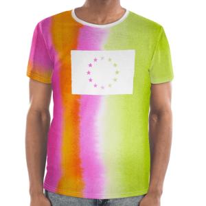 Die Vorderseite des EU T-Shirt Limassol von I love EU hat einen gestreiften grün-pink-orangen Farbenprint mit einer großen weißen EU-Flagge im Brustbereich, dessen Sterne durchsichtig sind und die bunte Farbe des Prints durchscheinen lässt.