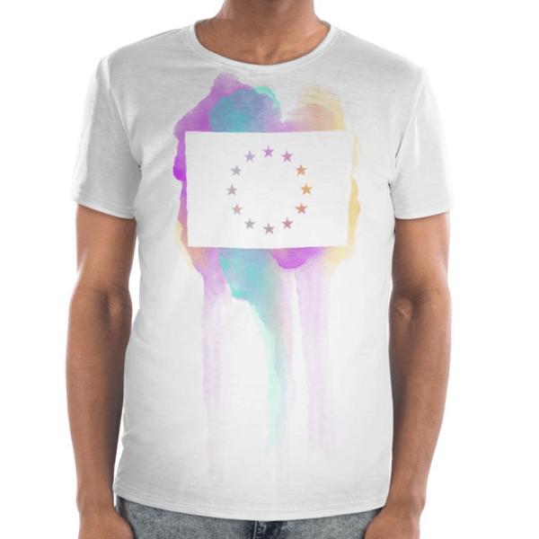 Die Vorderseite des EU T-Shirt Limassol von I love EU hat einen bunten Farbenklecks im Brustbereich auf dem einer große weiße EU-Flagge gedruckt ist, dessen Sterne durchsichtig sind und die bunte Farbe des Prints durchscheinen lässt.
