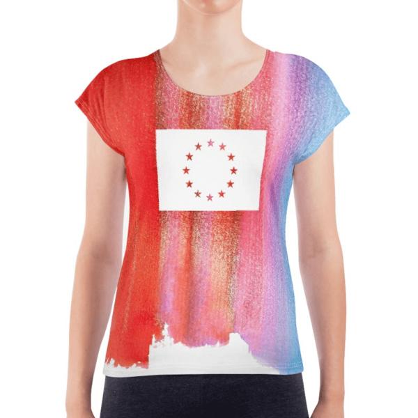Die Vorderseite des EU T-Shirt Limassol von I love EU hat einen gestreiften rot-blauen Farbenprint mit einer großen weißen EU-Flagge im Brustbereich, dessen Sterne durchsichtig sind und die bunte Farbe des Prints durchscheinen lässt.