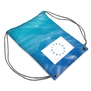 Die Vorderseite des EU Gym Bag Limassol von I love EU hat einen gestreiften hell- und dunkelblauen Farbenprint mit einer großen weißen EU-Flagge in der unteren Hälfte des Gym Bags, dessen Sterne durchsichtig sind und die bunte Farbe des Prints durchscheinen lässt.