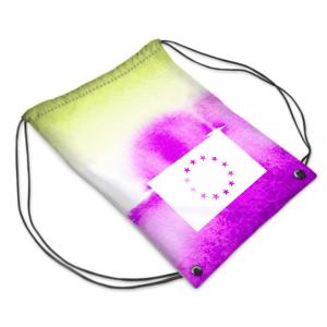 Die Vorderseite des EU Gym Bag Limassol von I love EU hat einen marmorierten grün-violetten Farbenprint mit einer großen weißen EU-Flagge in der unteren Hälfte des Gym Bags, dessen Sterne durchsichtig sind und die bunte Farbe des Prints durchscheinen lässt.