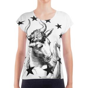 Auf der Vorderseite des weißen EU T-Shirt Matala von I love EU befindet sich ein mythisch gezeichneter schwarzer Stierkopf und die beiden Vorderbeine, die er heroisch nach oben schwingt. Großflächig um diesen Stier befindet sich ein schwarzer EU-Sternenkreis.