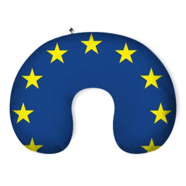 Dunkelblaues Nackenkissen im EU-Flagge Design. Die gelben Sterne der EU-Flagge folgen der Rundung des Nackenkissens.