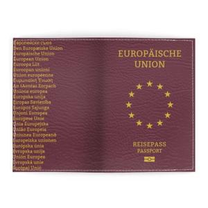 Das EU Passport Cover ist Bordeaux. Auf der Vorderseite befindet sich in der Mitte ein goldener Sternenkreis und darüber der Schriftzug Europäische Union. Darunter befindet sich der Schriftzug Reisepass Passport und ein Symbol für den digitalen Reisepass. Auf der Rückseite befindet sich die Bezeichnung der Europäischen Union in den 24 Amtssprachen der EU.