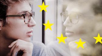 Die EU-Wahl 2019 steht vor der Tür, da sollte man wissen was die EU überhaupt alles kann. Das Bild zeigt einen Jugendlichen der aus einem Zugfenster sieht. Sein nachdenklicher Blick spiegelt sich im Fenster. Von der Mitte des Bildes bis in den rechten Bereich befinden sich 5 gelbe EU Sterne im Viertelkreis angeordnet.