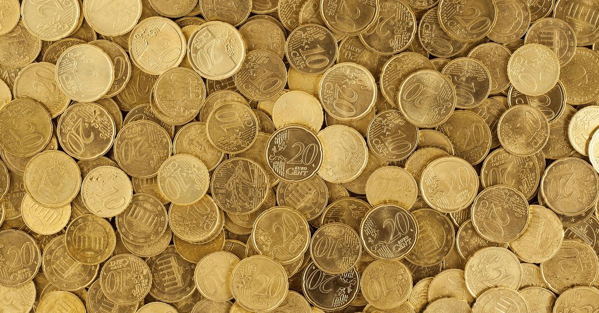 Sehr viele 10 und 20 Cent Münzen auf einer Fläche und übereinander.