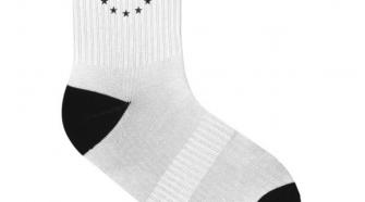 Sportliche EU Socken weiß mit schwarzem Bereich bei den Zehen und der Ferse sowie einem schwarzen Print am oberen Rand der Socken mit dem EU Sternenkreis.