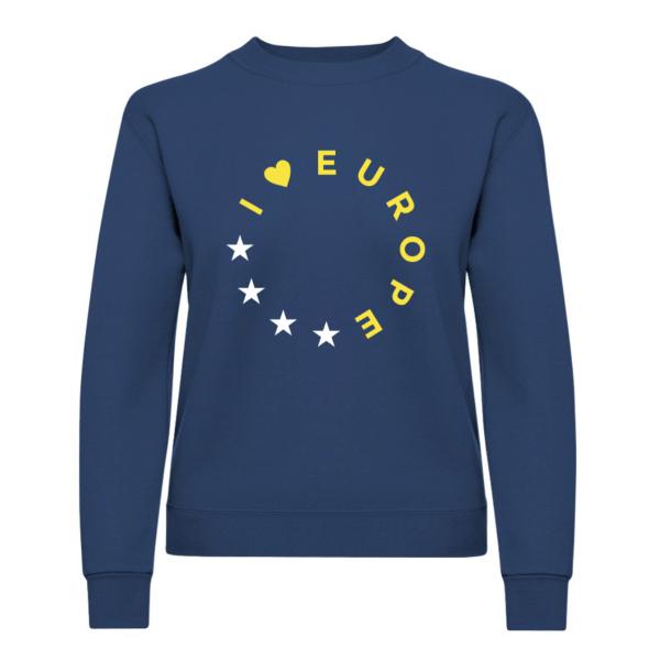 Die Vorderseite des I love EU Pullover Rotterdam zeigt einen kreisförmig angeordneten Schriftzug I Herz Europe. Die Zeichen und Buchstaben nehmen je einen Platz eines der 12 EU-Sterne ein und sind gelb gefärbt. Die vier restlichen Zeichen sind weiße Sterne. Der Pullover an sich ist dunkelblau.