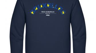 Die Vorderseite des I love EU Pullover Bruxelles zeigt den Schriftzug BRUXELLES der leicht nach oben gebogen ist und der blauem Hintergrund und gelben Sternen ausgefüllt ist. Darunter steht in weißer kleinerer Schrift True European since 1951 und das I love EU Logo. Der Pullover an sich ist dunkelblau.