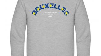 Die Vorderseite des I love EU Pullover Bruxelles zeigt den Schriftzug BRUXELLES der leicht nach oben gebogen ist und der blauem Hintergrund und gelben Sternen ausgefüllt ist. Darunter steht in weißer kleinerer Schrift True European since 1951 und das I love EU Logo. Der Pullover an sich ist Hellgrau.